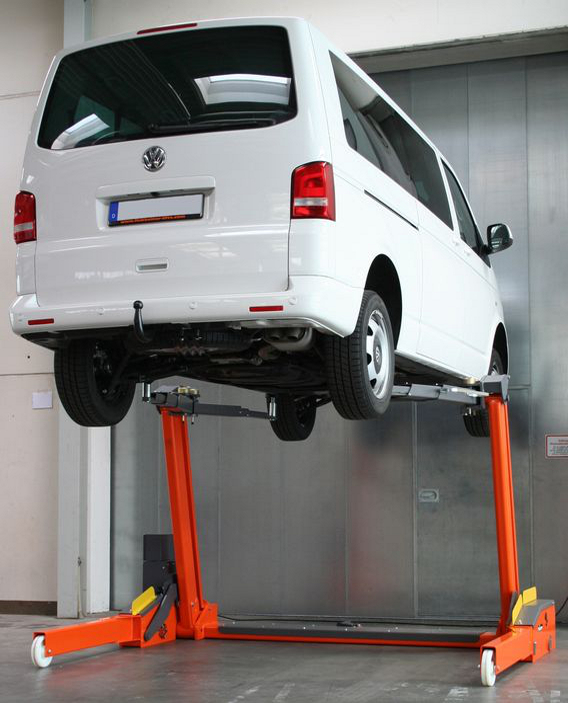 El elevador FHB3000SL levanta perfectamente furgonetas como la Volkswagen T5